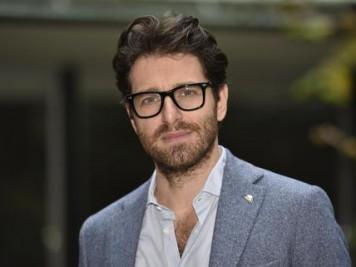 L'attore Giampaolo Morelli, posa per i fotografi in occasione della presentazione della nuova serie ''L'ispettore Coliandro'', nella sede Rai di viale Mazzini a Roma, 11 gennaio 2016. ANSA/GIORGIO ONORATI